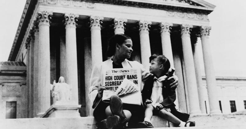 brown v board of educatition 2018-08-10 brown v board of education of topeka (de 1954) foi um caso marcante julgado na suprema corte dos estados unidos onde foi decidido ser inconstitucional as divisões raciais entre estudantes brancos e negros em escolas.