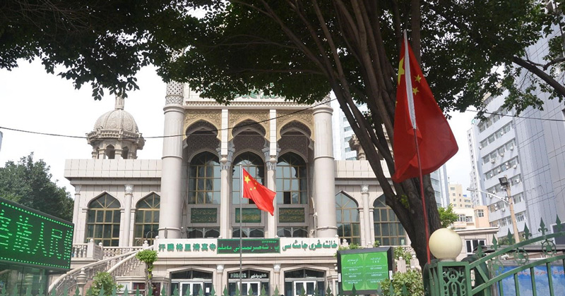 Chinese flags wave in front of Hantängri Mosque in the Nanmen neighborhood of Ürümchi (Timothy Grose)
